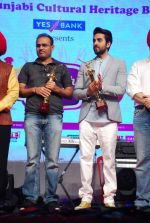 Ayushmann Khurrana, Virender Sehwag at Punjabi Icon Awards in kamalistan on 11th April 2015 (29)_552a64b3e0df5.JPG