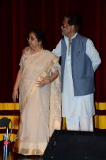 Usha Mangeshkar at  Dinanath Mangeshkar Award in Mumbai on 24th April 2015 (4)_553b6882c35c6.JPG