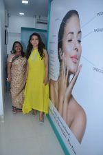 Juhi Chawla launch skin clinic in Parle, Mumbai on 28th April 2015 (41)_554080737490c.JPG