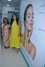Juhi Chawla launch skin clinic in Parle, Mumbai on 28th April 2015 (42)_55408074aa597.JPG