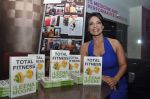 at the launch of Leena Mogre fitness book in Bandra, Mumbai on 30th April 2015 (7)_5543780b76123.JPG