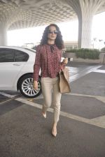 Kangana Ranaut snapped as she leaves for Delhi for the National Award ceremony on 2nd May 2015 (12)_554603c591b03.JPG