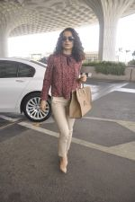 Kangana Ranaut snapped as she leaves for Delhi for the National Award ceremony on 2nd May 2015 (13)_554603c6e1d7c.JPG