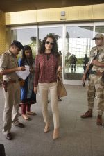 Kangana Ranaut snapped as she leaves for Delhi for the National Award ceremony on 2nd May 2015 (16)_554603cb59181.JPG