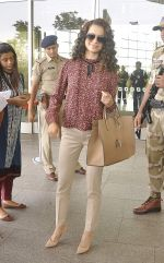 Kangana Ranaut snapped as she leaves for Delhi for the National Award ceremony on 2nd May 2015 (21)_554603d0a0be1.JPG