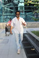 Milind Gunaji snapped at Mumbai Airport on 2nd May 2015 (37)_5546039a1c88f.JPG