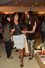 Anu Aggarwal snapped at a bookstore on 4th May 2015 (3)_55488a216e7b0.JPG