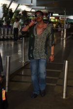 Ajay Devgan snapped on his way back from Delhi on 5th May 2015 (3)_5549f90ae4f4e.JPG