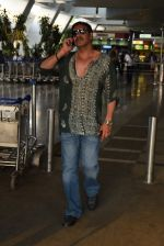 Ajay Devgan snapped on his way back from Delhi on 5th May 2015 (4)_5549f90bb7a17.JPG