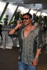 Ajay Devgan snapped on his way back from Delhi on 5th May 2015 (5)_5549f90dc5455.JPG