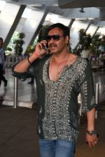 Ajay Devgan snapped on his way back from Delhi on 5th May 2015 (6)_5549f90ea55bb.JPG