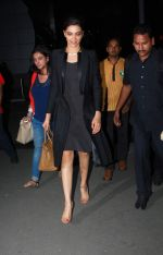 Deepika Padukone snapped at airport in Mumbai on 5th May 2015 (11)_5549f9261b018.JPG