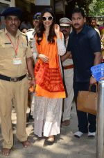 Deepika Padukone seeks bleesings at siddhivinayak temple for Piku on 6th May 2015