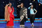 Judge Geeta Maa, Madhuri and contestant Sneha shake a leg on the sets of DID Super Moms on 12th May 2015_55530f95a601b.JPG