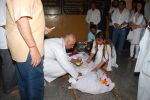at Sudha Shivpuri_s funeral in Andheri, Mumbai on 20th May 2015 (30)_555d7f5909652.JPG