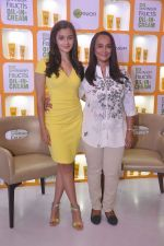 Alia bhatt, Soni Razdan at garnier event in Mumbai on 28th May 2015 (13)_55684a828d034.JPG