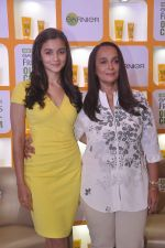 Alia bhatt, Soni Razdan at garnier event in Mumbai on 28th May 2015 (15)_55684a8444ba3.JPG