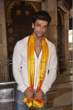 Kushal Tandon visits Siddhivinayak Temple for the Muhurat of her film on 4th June 2015 (15)_557171cb1a571.JPG