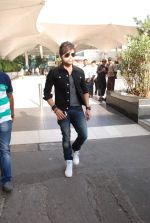 Himesh Reshammiya snapped at airport on 8th Jun2 2015 (8)_5576b1c763fb2.JPG