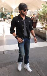 Himesh Reshammiya snapped at airport on 8th Jun2 2015 (6)_5576b1c4dac7e.JPG