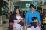 Vivek Oberoi snapped with kids and wife at the airport on 13th June 2015 (49)_557d650989e6e.JPG