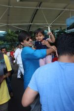 Vivek Oberoi snapped with kids and wife at the airport on 13th June 2015 (58)_557d64f5b2a78.JPG
