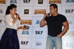 Salman Khan, Mini Mathur at Bajrangi Bhaijaan trailor launch in Mumbai on 18th June 2015 (10)_5583d29134d9e.JPG