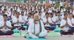 Narendra Modi doing Yoga at International Yoga Day on 21st June 2015 (12)_5587d5b096999.jpg