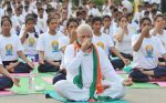 Narendra Modi doing Yoga at International Yoga Day on 21st June 2015 (13)_5587d5b308108.jpg