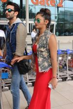 Rashmi desai, nandish Sandhu snapped at airport in Mumbai on 26th June 2015 (40)_558e709e7a833.JPG
