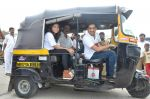 Sachin Khedekar, Sonalee Kulkarni, Amey Wagh at Shutter film promotions with rickshaw drivers in Filmcity, Mumbai on 27th June 2015 (49)_559175f8e999b.JPG