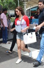 Alia Bhatt snapped with sister as she returns from her family vacation after 15 years in Hyderabad on 27th June 2015 (1)_559175adb8ac9.JPG