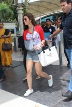 Alia Bhatt snapped with sister as she returns from her family vacation after 15 years in Hyderabad on 27th June 2015 (16)_559175c201506.JPG