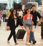 Alia Bhatt snapped with sister as she returns from her family vacation after 15 years in Hyderabad on 27th June 2015 (5)_559175b1d829e.JPG