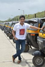 Amey Wagh at Shutter film promotions with rickshaw drivers in Filmcity, Mumbai on 27th June 2015 (33)_5591762cdeae8.JPG
