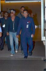 Shahrukh Khan returns with family at airport from London in International Airport on 27th June 2015 (13)_559175d12faf8.JPG