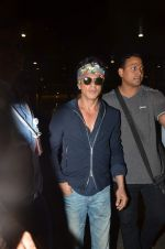Shahrukh Khan returns with family at airport from London in International Airport on 27th June 2015 (16)_559175d5a174d.JPG