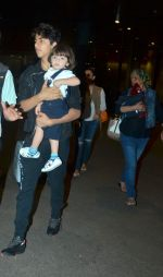 Shahrukh Khan returns with family at airport from London in International Airport on 27th June 2015 (4)_559175c1e800a.JPG