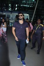 Arjun Kapoor snapped at airport in Mumbai on 29th June 2015 (8)_55923c2be16af.JPG