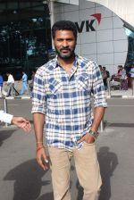 Prabhu Deva snapped at airport in Mumbai on 29th June 2015 (13)_55923c868a4eb.JPG