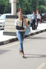 Alia Bhatt leaves for Conoor on 1st July 2015 (2)_5594fdf6474b8.JPG