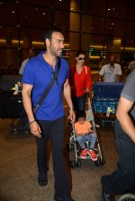Ajay Devgan and Kajol return from London along with mom and kids on 2nd july 2015 (10)_5596317f298d7.JPG