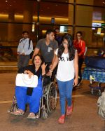 Ajay Devgan and Kajol return from London along with mom and kids on 2nd july 2015 (2)_5596317abec2f.JPG