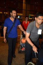 Ajay Devgan and Kajol return from London along with mom and kids on 2nd july 2015 (8)_5596317de5bd2.JPG