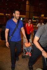 Ajay Devgan and Kajol return from London along with mom and kids on 2nd july 2015 (9)_5596317e8615d.JPG