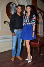Daisy Shah, Sharman Joshi at Hate Story 3 on location in Mumbai on 6th July 2015 (11)_559b6bc91b8c6.JPG