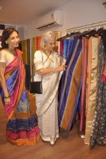 Waheeda Rehman at Krishna Mehta_s store in association with Tata Medical Center in Chowpatty on 10th July 2015 (59)_55a10c10e4d1c.JPG