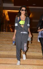Kangana Ranaut snapped as she heads for her GYM in Santacruz on 11th July 2015 (2)_55a250bb43540.JPG