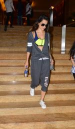 Kangana Ranaut snapped as she heads for her GYM in Santacruz on 11th July 2015 (3)_55a250bc0a4f6.JPG