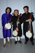 Amjad Ali Khan with sons Amaan and Ayaan Shoot for Vande Maataram at Collective Image Productions Lower Parel on 30th July 2015 (24)_55bb243203f1d.JPG